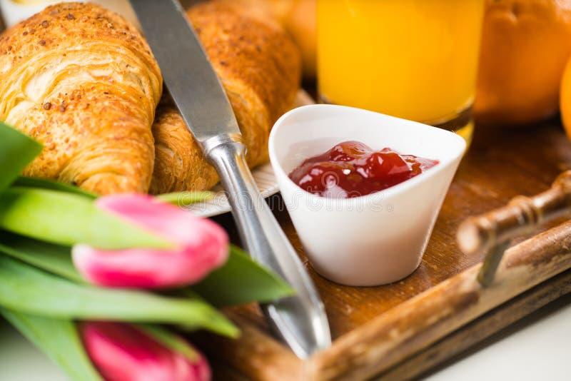 Prima colazione deliziosa con i croissant freschi sulla tavola di legno fotografia stock libera da diritti