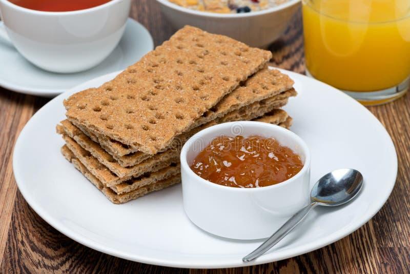 Prima colazione deliziosa - pane croccante con inceppamento arancio immagini stock