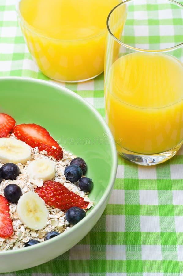 Prima colazione dell'avena e della frutta immagini stock libere da diritti
