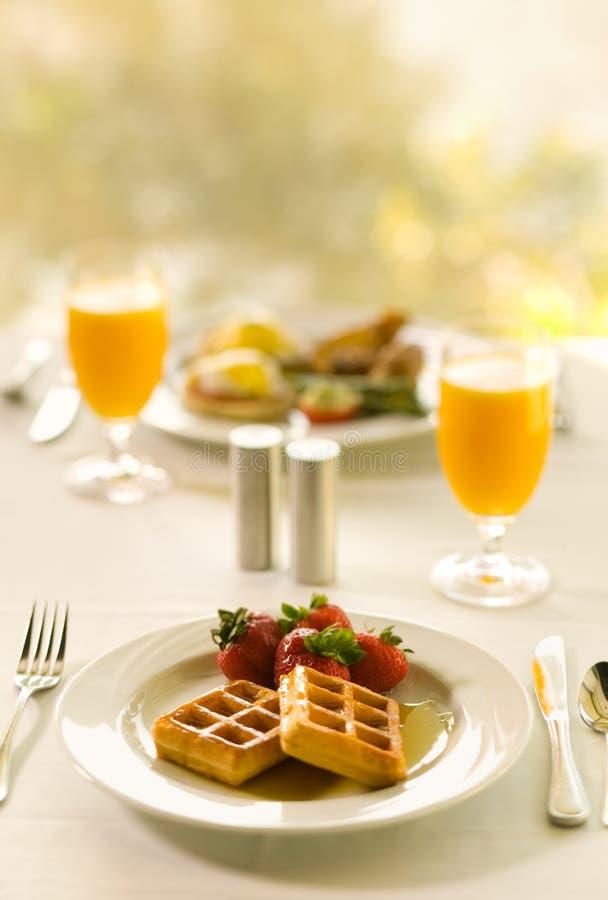 Prima colazione della cialda con il succo di arancia immagini stock libere da diritti