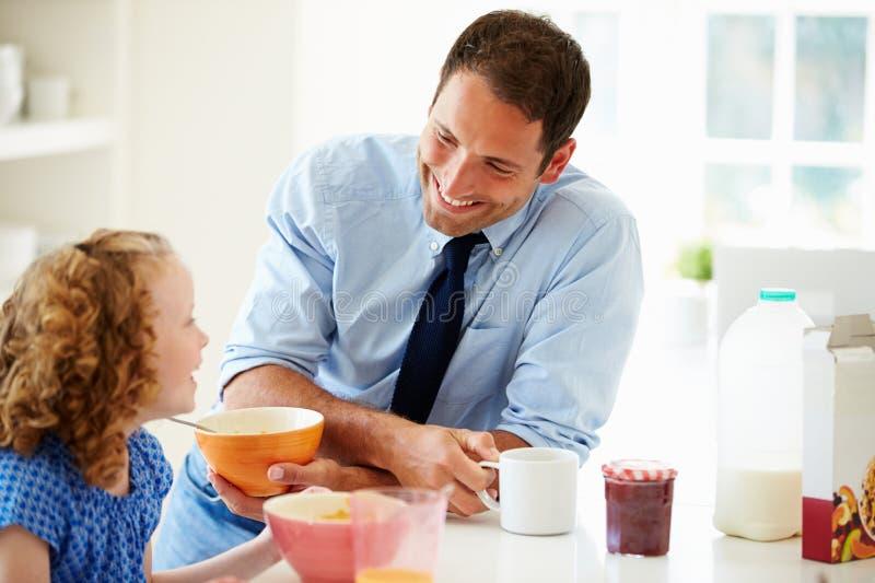 Prima colazione di And Daughter Having del padre in cucina insieme immagini stock libere da diritti