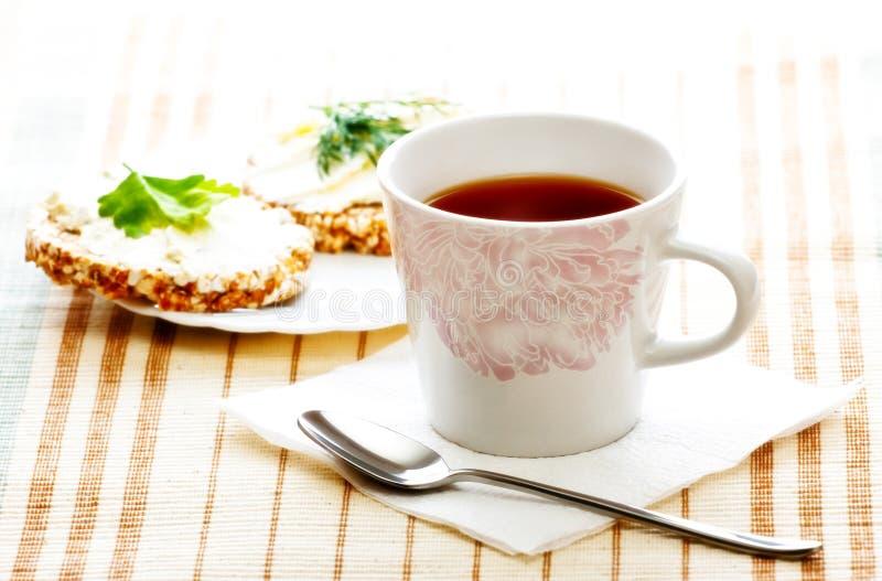 Prima colazione di dieta con il pane di cereale e del tè fotografia stock libera da diritti