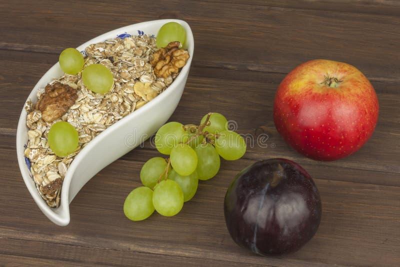 Prima colazione di dieta sana della farina d'avena, del cereale e della frutta Alimenti pieni di energia per gli atleti Il concet immagini stock
