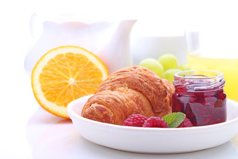 Prima colazione di fine settimana: croissant, frutta ed arancia immagini stock