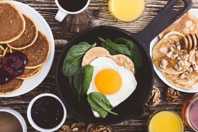 Prima colazione di giorno del ` s del biglietto di S. Valentino con l'uovo fritto di forma del cuore in colata i immagine stock libera da diritti