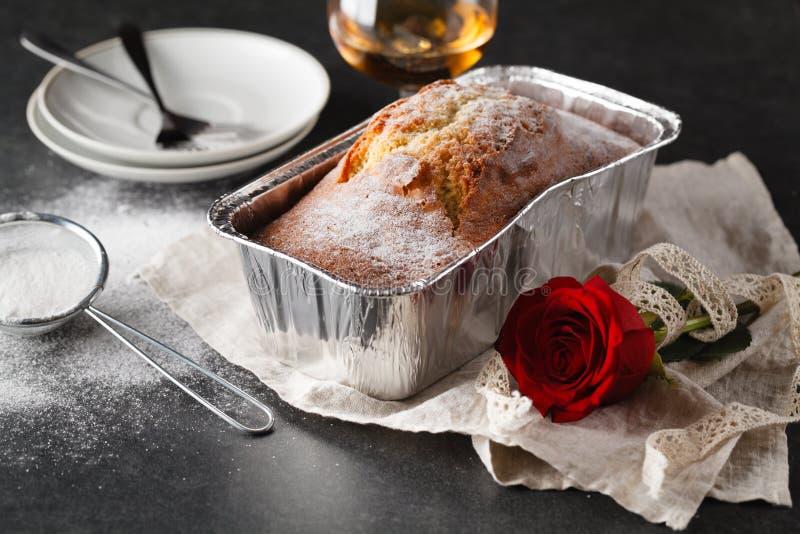 Prima colazione di giorno di biglietti di S. Valentino con caffè, il dolce ed il fiore immagini stock
