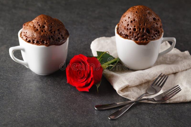 Prima colazione di giorno di biglietti di S. Valentino con caffè, il dolce ed il fiore immagini stock libere da diritti