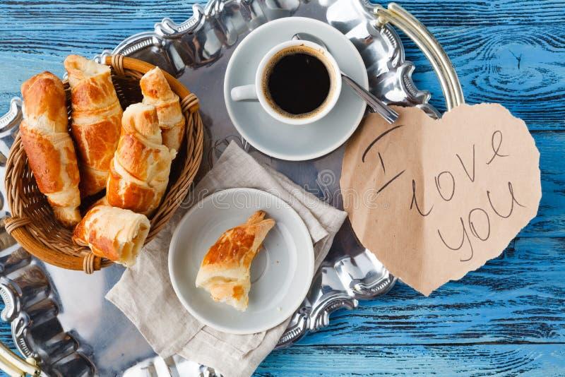 Prima colazione di giorno di biglietti di S. Valentino con i croissant ed il tè immagine stock
