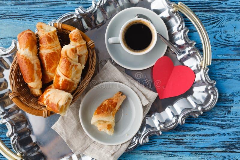 Prima colazione di giorno di biglietti di S. Valentino con i croissant ed il tè immagini stock