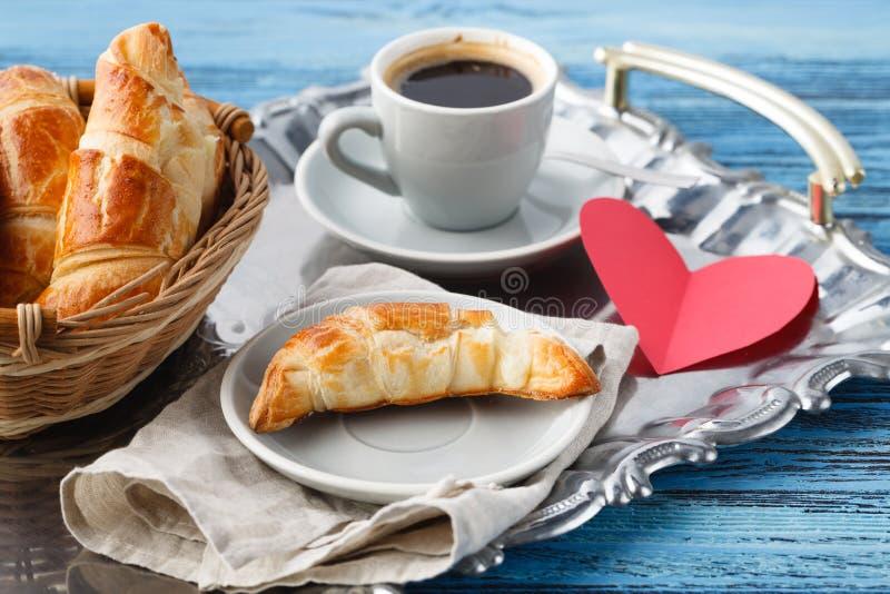 Prima colazione di giorno di biglietti di S. Valentino con i croissant ed il tè fotografia stock