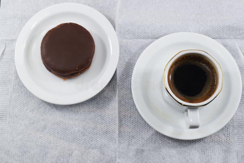 Prima colazione di mattina, caffè e biscotti di pepita di cioccolato fotografia stock