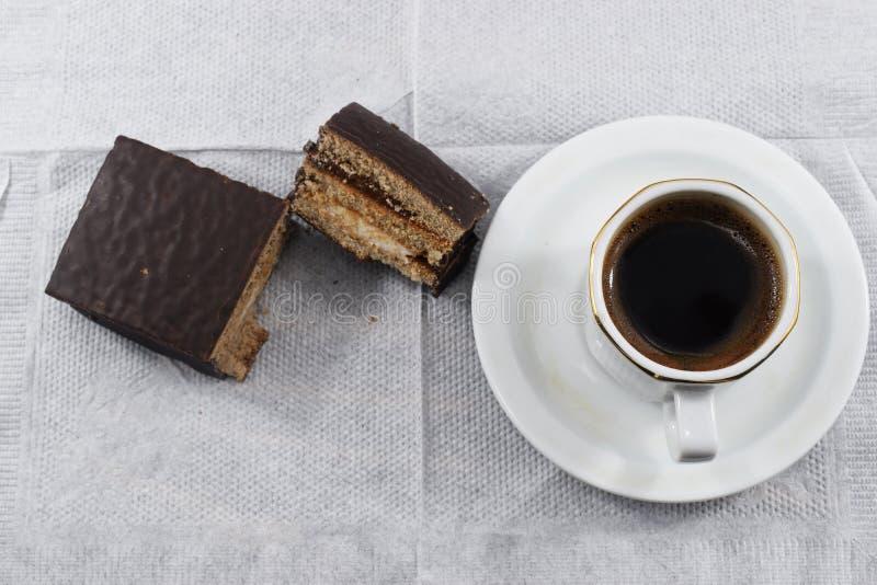 Prima colazione di mattina, caffè e biscotti di pepita di cioccolato immagine stock libera da diritti