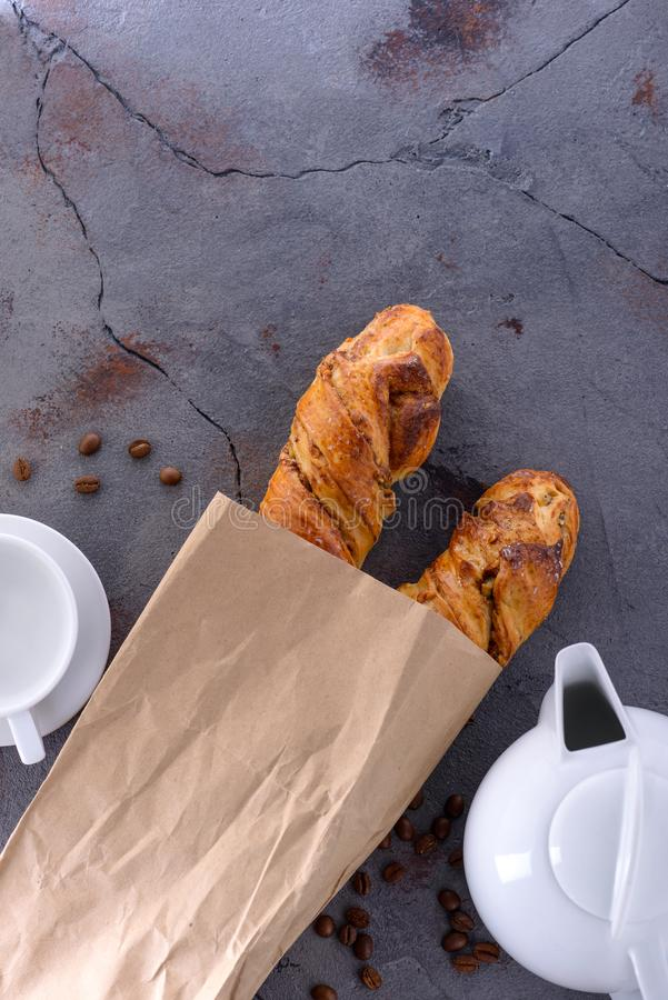 Prima colazione di mattina con il panino ed il tè di cannella immagini stock libere da diritti