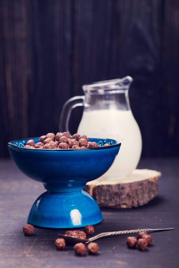 Prima colazione di mattina con latte fotografia stock