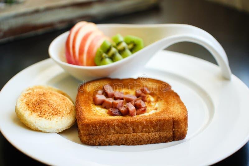 Prima colazione di mattina - uovo in un foro fotografia stock libera da diritti