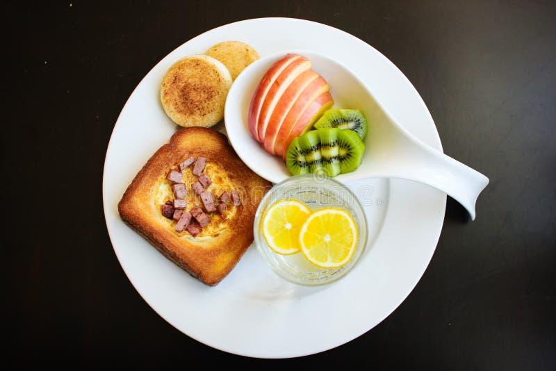 Prima colazione di mattina - uovo in un foro fotografie stock libere da diritti