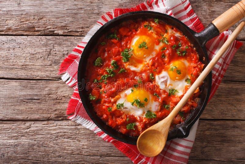 Prima colazione di Shakshuka delle uova fritte e dei pomodori in una pentola orizzonte fotografie stock libere da diritti
