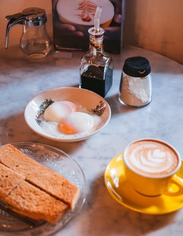 Prima colazione di Singapore con il pane tostato di Kaya ed uova à la coque e L fotografia stock