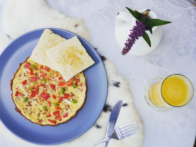 prima colazione estiva dell'uovo con il colpo del pane fotografia stock
