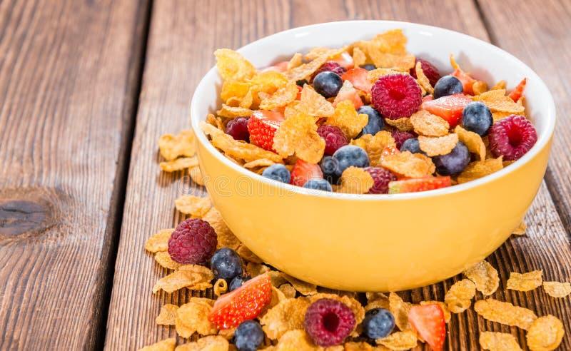 Prima colazione (fiocchi di granturco e bacche) immagine stock libera da diritti