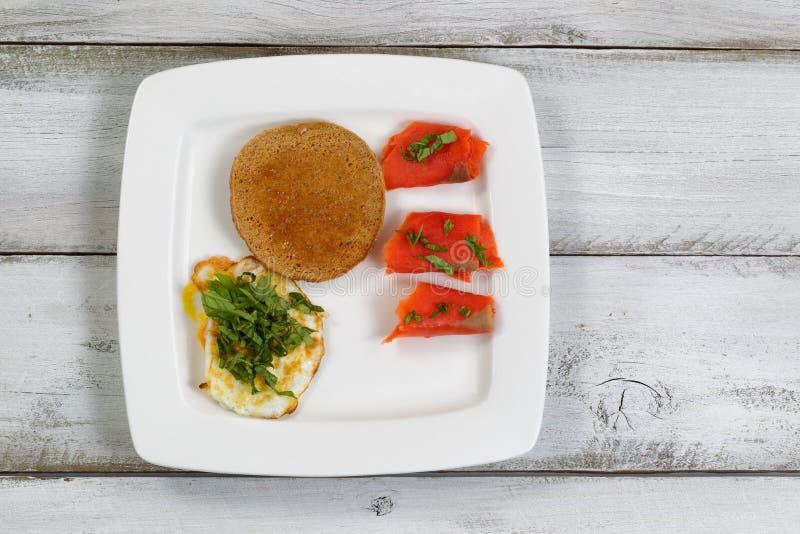 Prima colazione gastronomica sui bordi di legno rustici fotografie stock libere da diritti