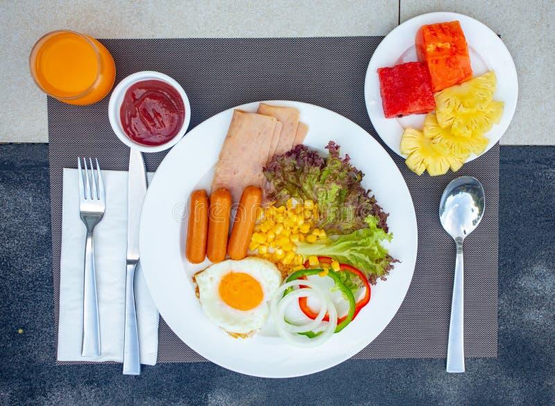 Prima colazione inglese di vista superiore Prima colazione inglese piena tradizionale fotografia stock libera da diritti