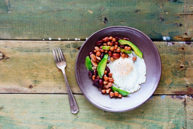 Prima colazione inglese in piatto immagini stock