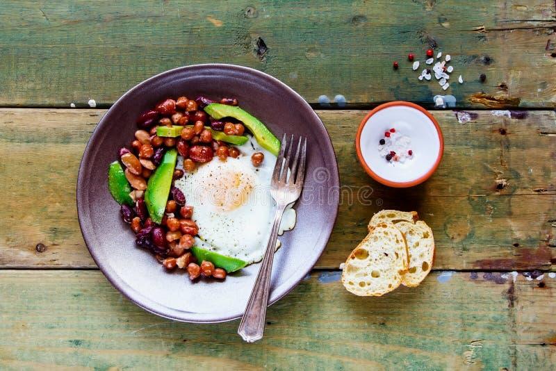 Prima colazione inglese in piatto immagine stock