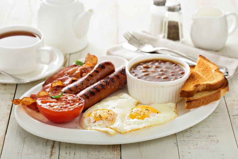 Prima colazione inglese piena con l'uovo ed il bacon fotografia stock libera da diritti