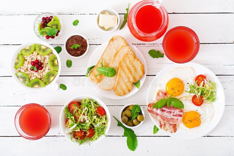 Prima colazione inglese - uovo fritto, pomodori e bacon Prima colazione per due oatmeal immagine stock libera da diritti