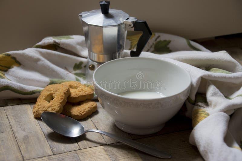Prima colazione italiana con caffè e biscotticolazione I fotografie stock libere da diritti
