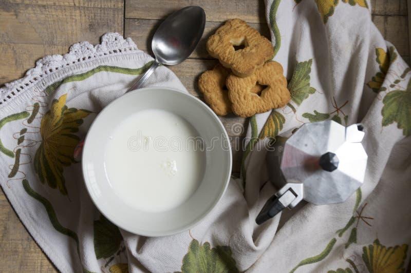 Prima colazione italiana con caffè e biscotticolazione I fotografia stock libera da diritti