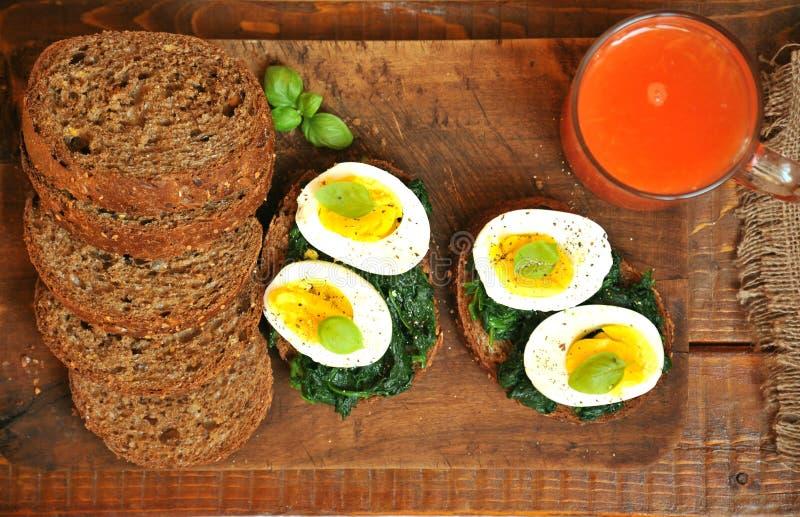 Prima colazione italiana vegetariana con il succo ed il panino dell'arancia sanguinella immagini stock