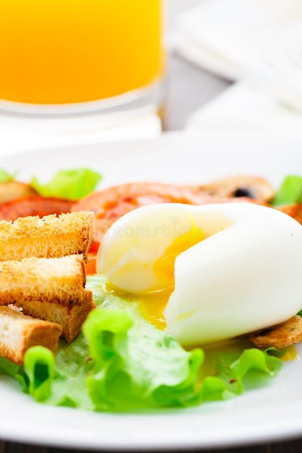 Prima colazione leggera con l'uovo molle, il pomodoro ed i crostini fotografia stock libera da diritti
