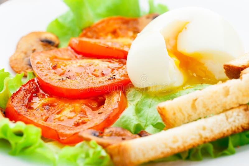Prima colazione leggera con l'uovo molle, il pomodoro ed i crostini immagini stock libere da diritti