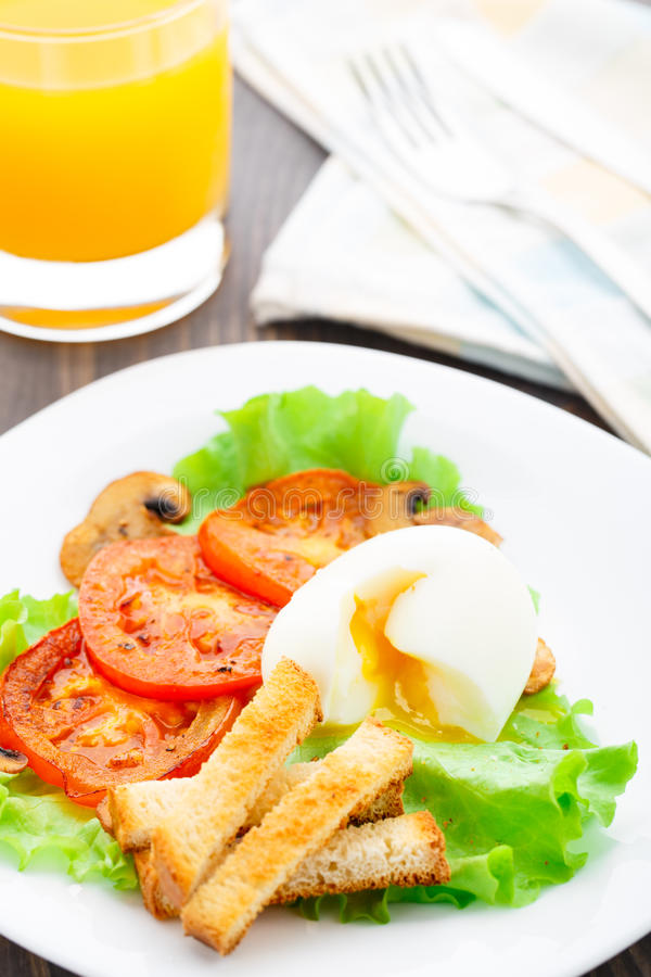 Prima colazione leggera con l'uovo molle, il pomodoro ed i crostini fotografia stock
