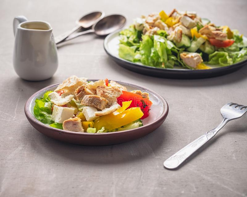 Prima colazione leggera dall'insalata di Caesar su due tarekkas che stanno su una tavola di legno fotografie stock