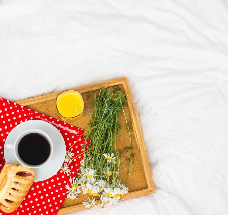 Prima colazione a letto fotografie stock