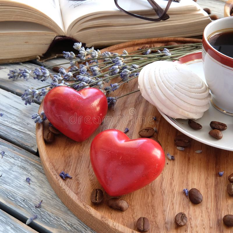Prima colazione a letto con caffè fotografie stock