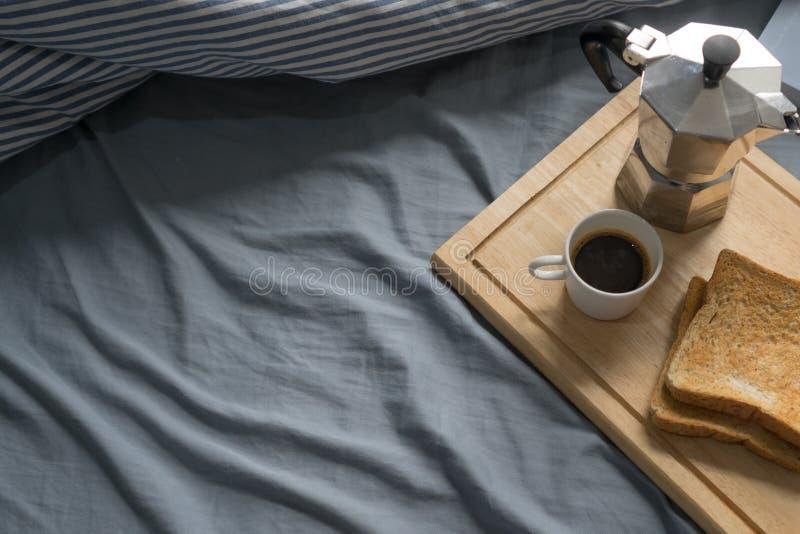 Prima colazione a letto, libro, caffè espresso e pane tostato di mattina immagine stock libera da diritti