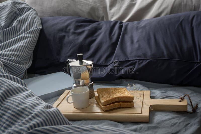 Prima colazione a letto, libro, caffè espresso e pane tostato di mattina immagini stock libere da diritti