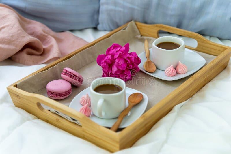 Prima colazione a letto per due Vassoio di legno con caff?, i maccheroni e Bizet immagine stock libera da diritti