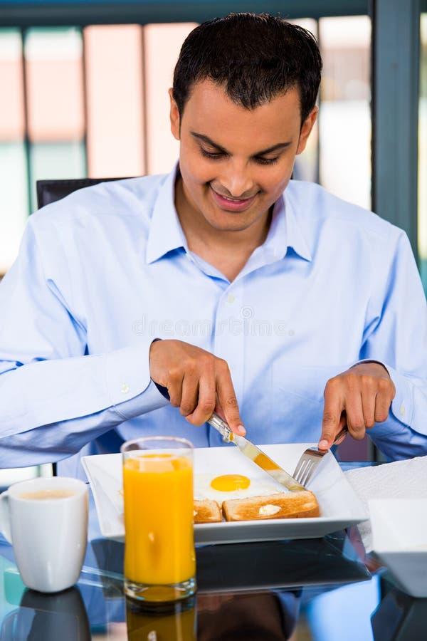 Prima colazione mangiatrice di uomini fotografia stock libera da diritti