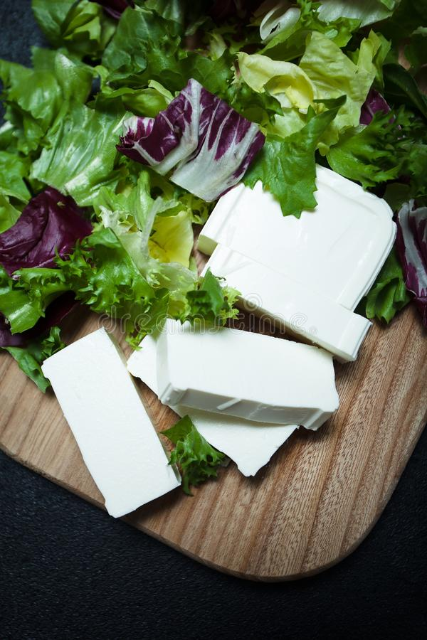 Prima colazione Mediterranea di dieta di feta con le foglie della lattuga immagine stock