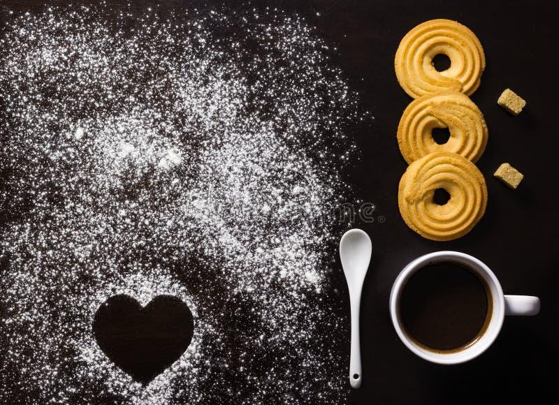 Prima colazione minimalista con caffè, biscotti, cubi dello zucchero bruno, a immagini stock