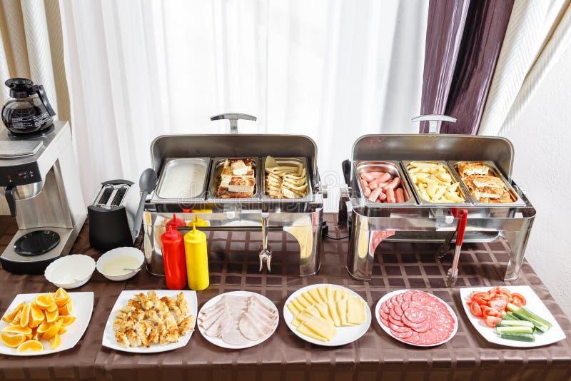 Prima colazione nello smorgasbord dell'hotel Pronto riscaldato vassoi del buffet per servizio Piatti con alimento differente immagini stock libere da diritti