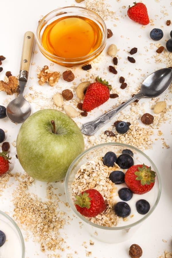 Prima colazione organica sana con yogurt in vetro immagini stock