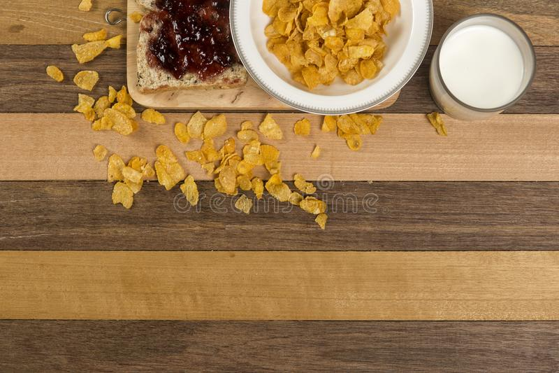 Prima colazione, pane, inceppamento e fiocchi di granturco facili di mattina fotografia stock