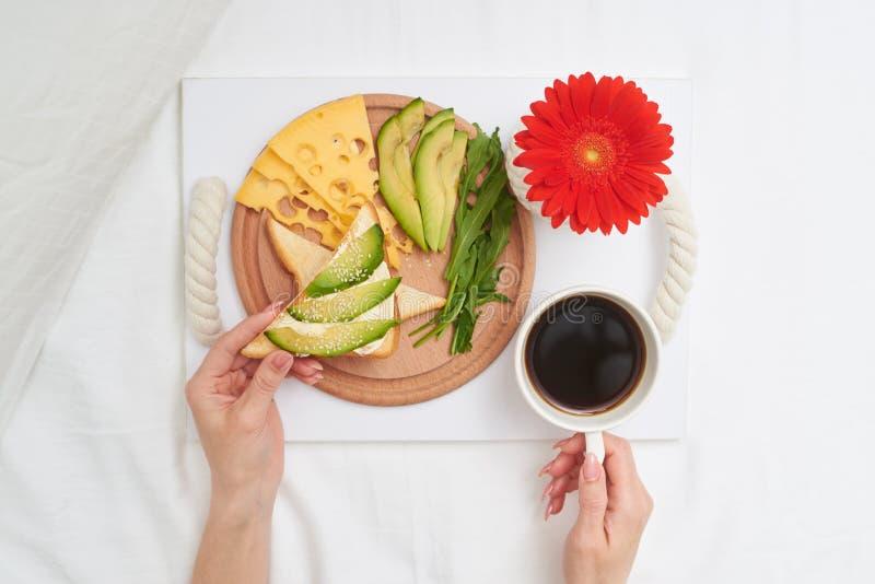 Prima colazione romantica con tè, formaggio e l'avocado fotografia stock libera da diritti