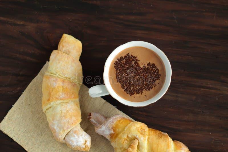 Prima colazione romantica - croissant freschi deliziosi, cacao fotografie stock libere da diritti